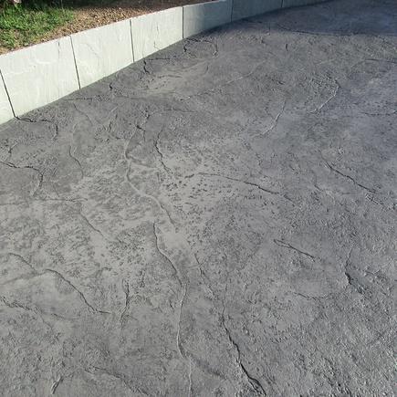 Entrée de maison en béton imprimé motif : pierre volcanique / Saint-Alban (22)